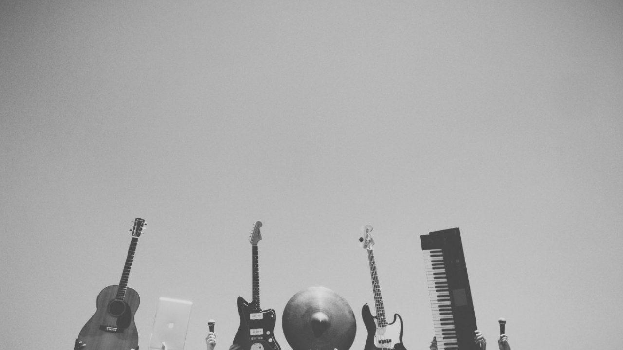 Musikkinstrumenter som løftes opp i luften.